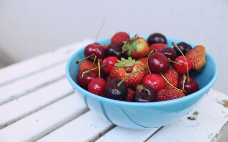 Sezónní červené ovoce jahody a třešně
